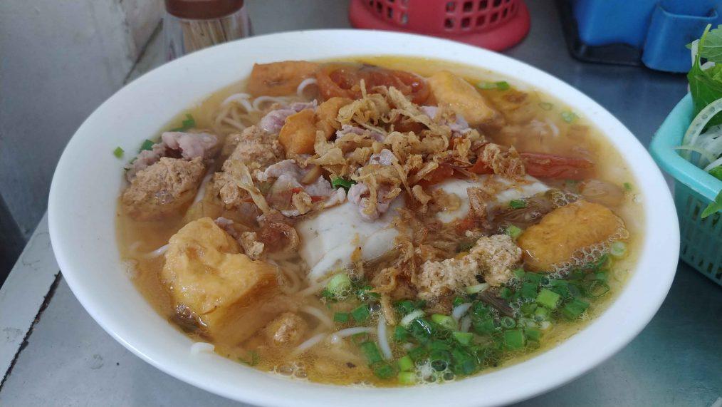 Noedelgerecht met vis in Vietnam