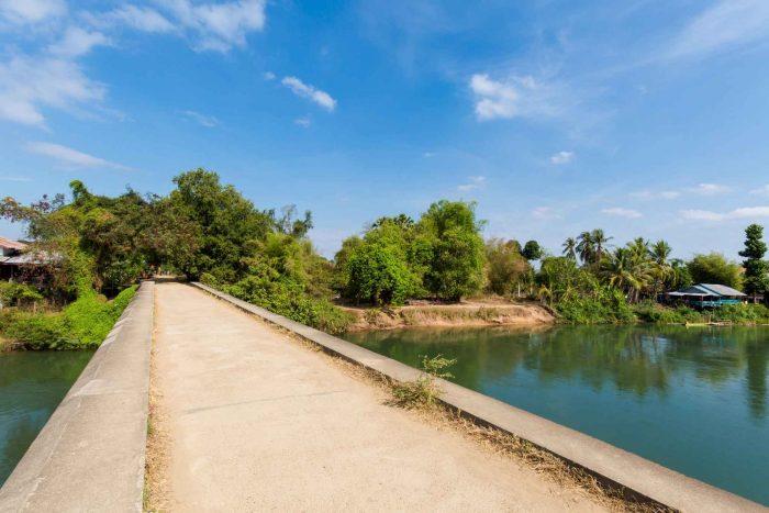 Over de brug fietsen naar Don Khon