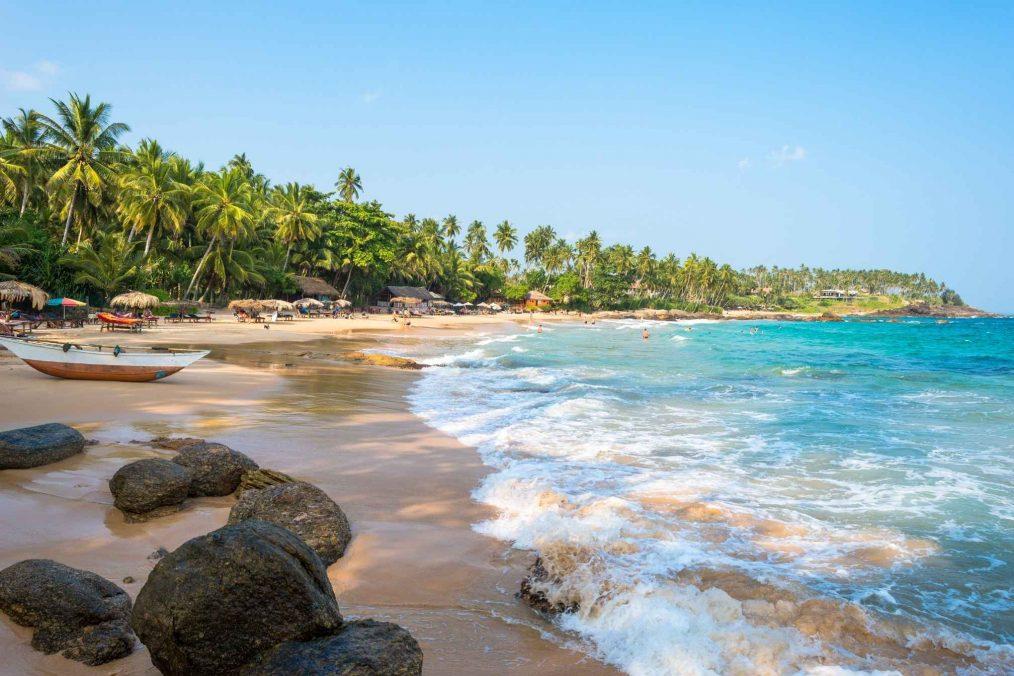 Prachtig strand aan de kust van Sri Lanka
