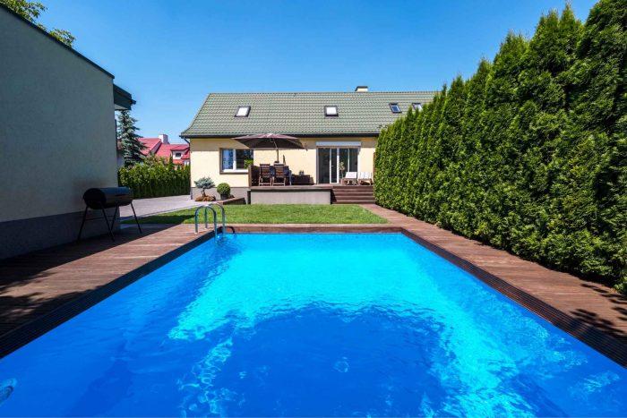Blauw zwembad bij een hostel