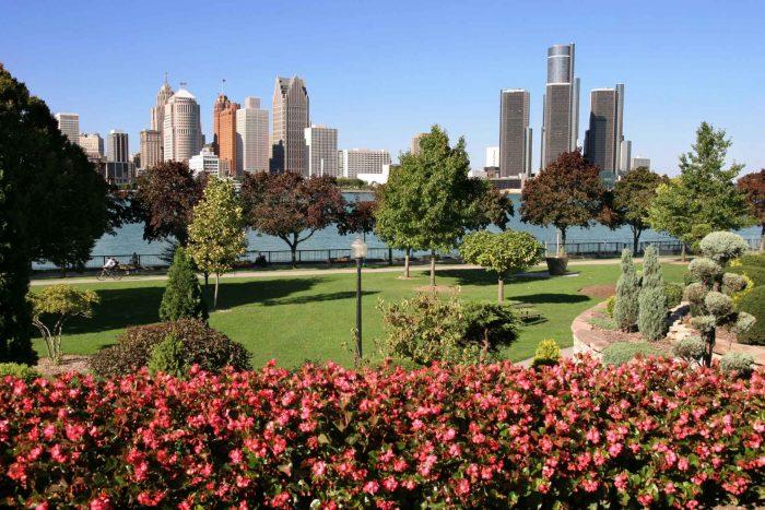 Park met Detroit skyline op de achtergrond