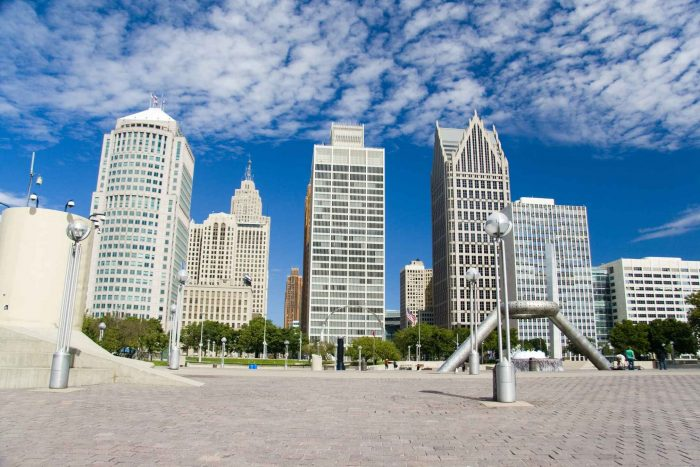 Plein omringd door wolkenkrabbers in Detroit