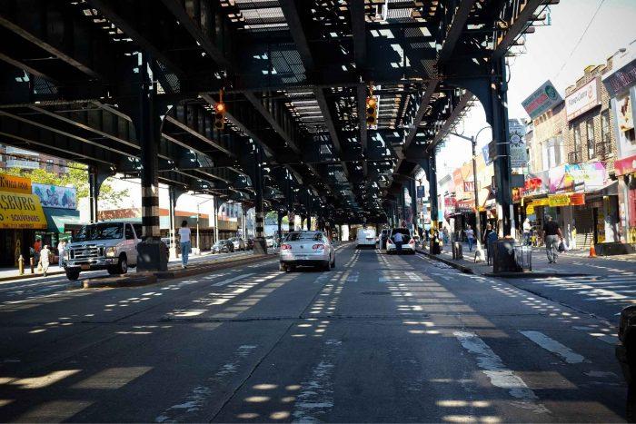 Treinsporen boven de weg in Brooklyn