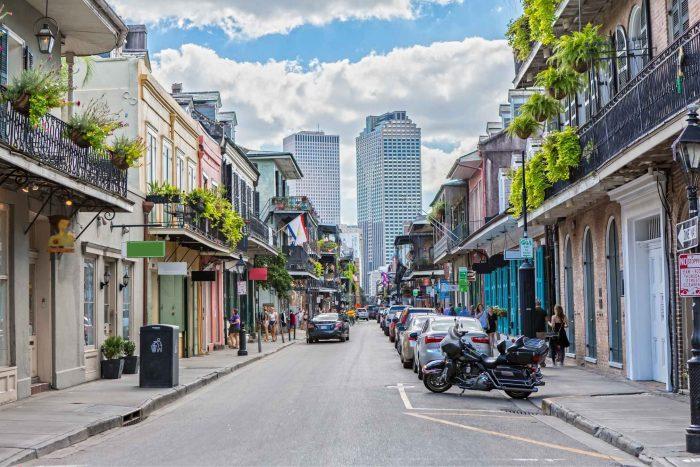 Straat in New Orleans met wolkenkrabbers op de achtergrond