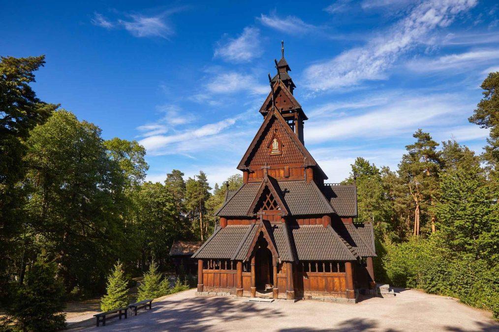 Authentieke kerk op het schiereiland Bygdoy in Noorwegen