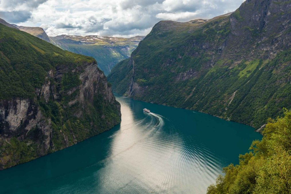 De rotsen en rivieren bij Geirangerfjord