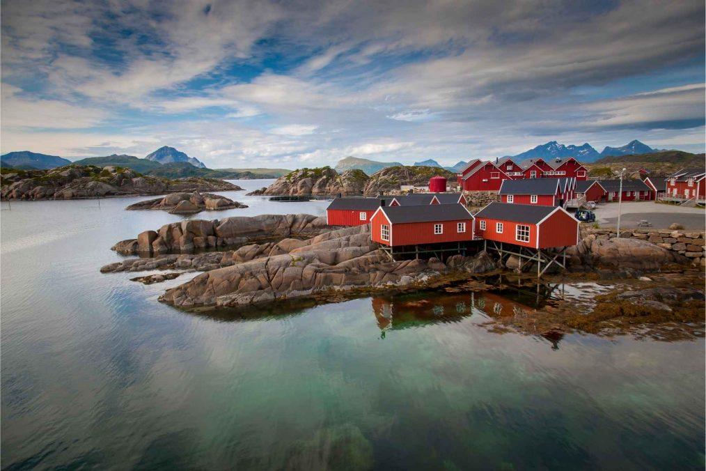 Huisjes aan het water bij de Lofoten-eilanden