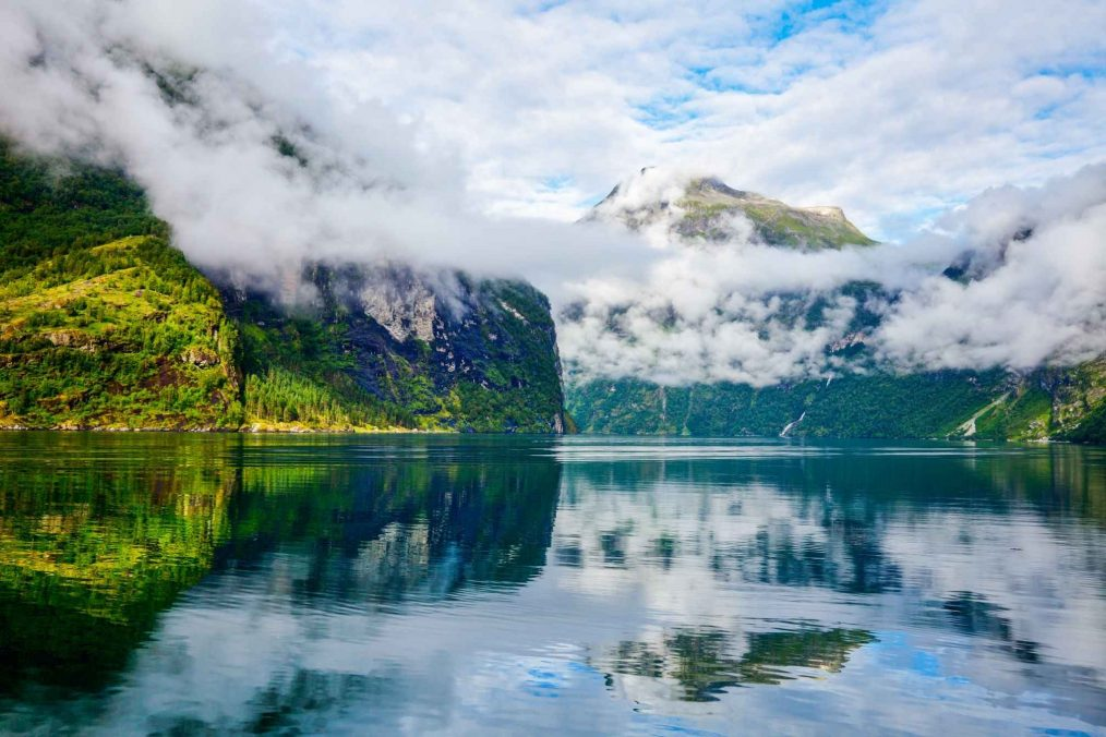 Mist in de bergen bij Geirangerfjord