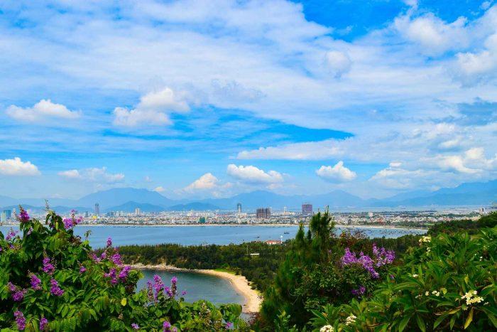 Uitzicht over de zee en Da Nang stad