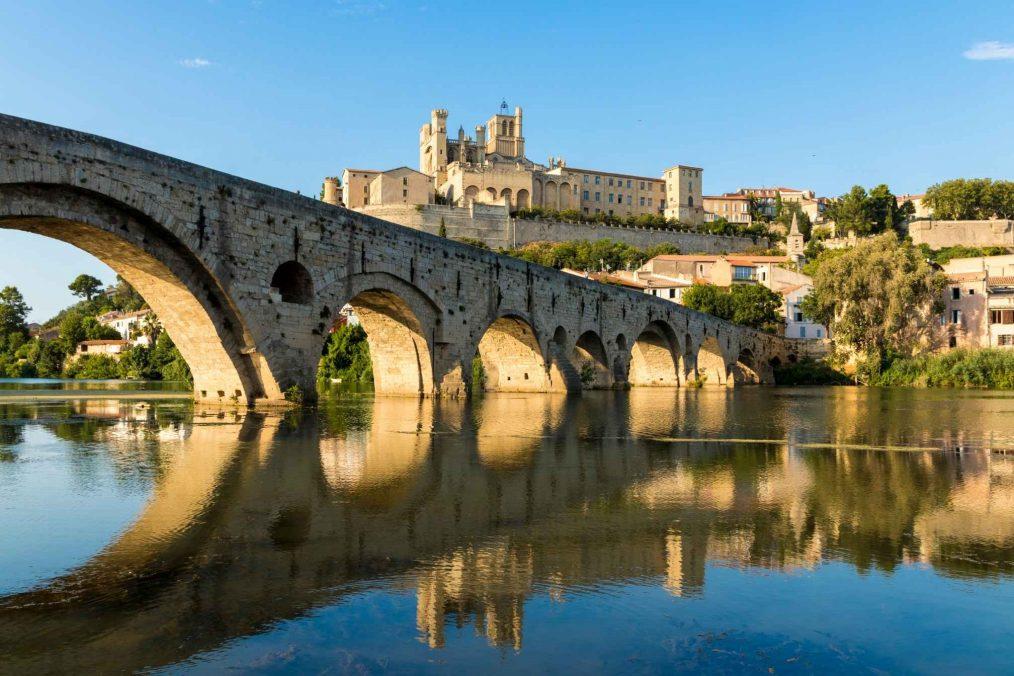 De oude brug bij Beziers in Frankrijk
