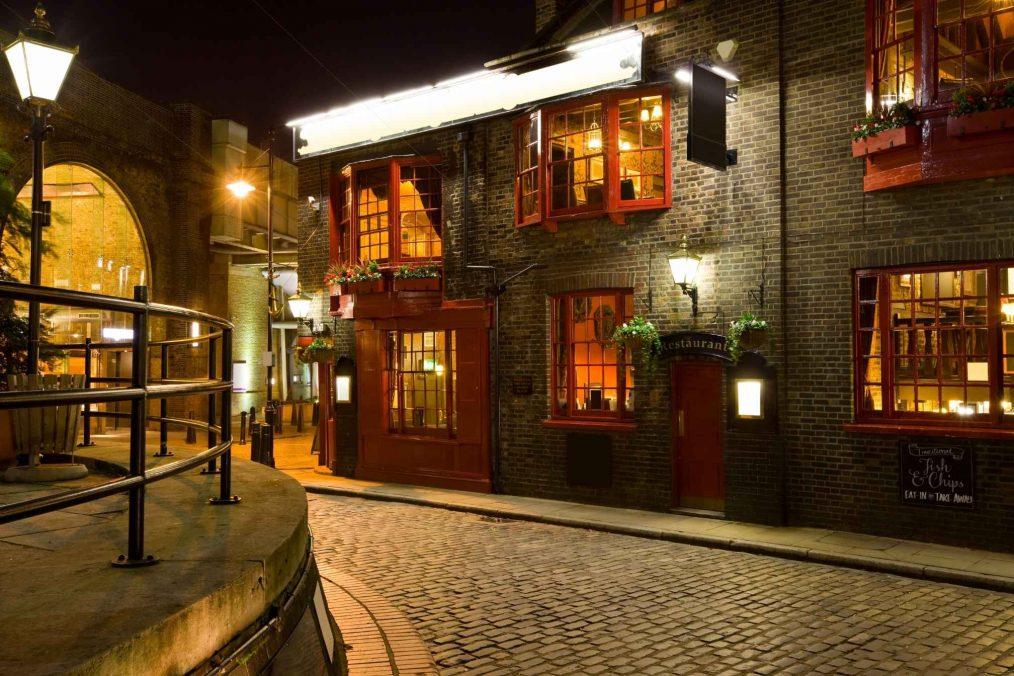 Gezellige straat met Engelse pubs