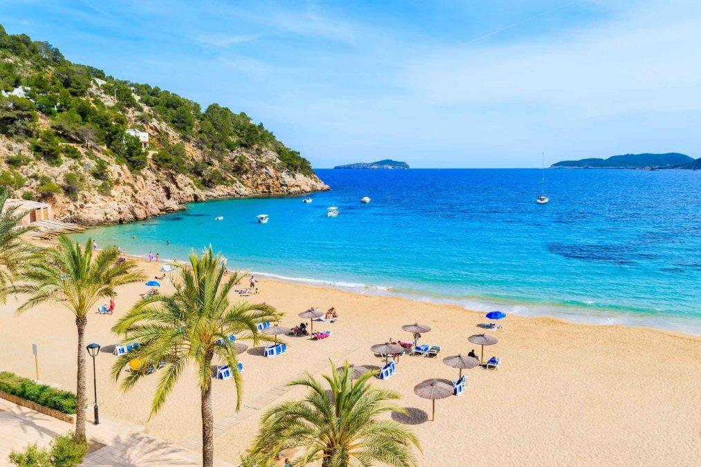Gouden strand en de blauwe zee op Ibiza
