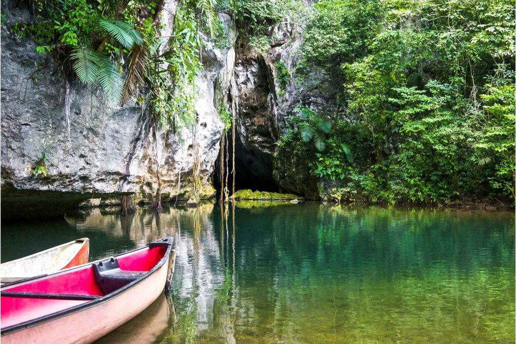 Grotten verkennen met een kayak in Guatemala