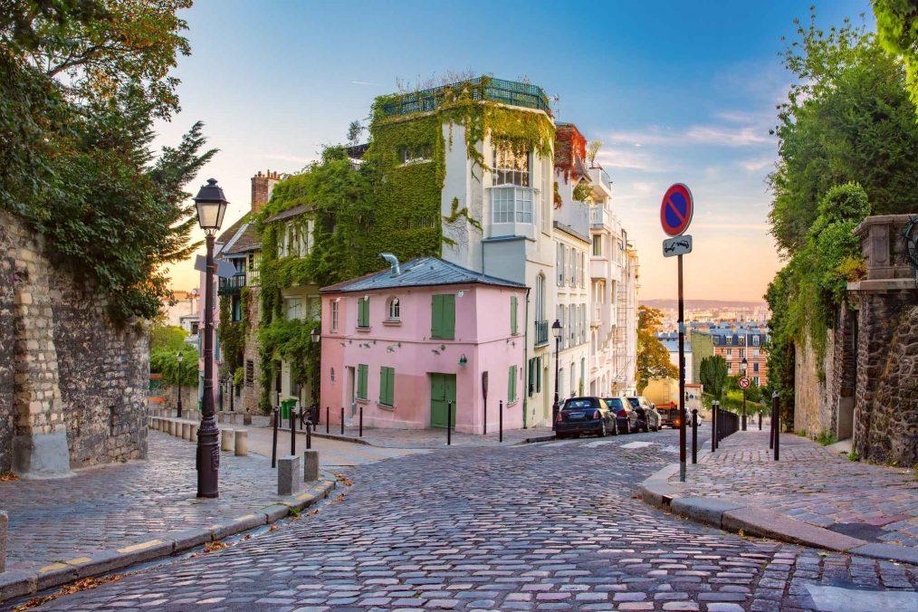 Kleurrijke gebouwen tijdens zonsopkomst in Montmartre in Parijs