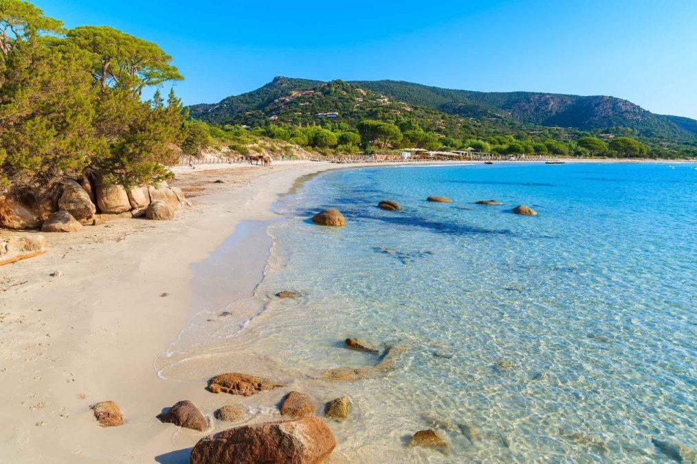 Strand en de zee op het eiland Corsica