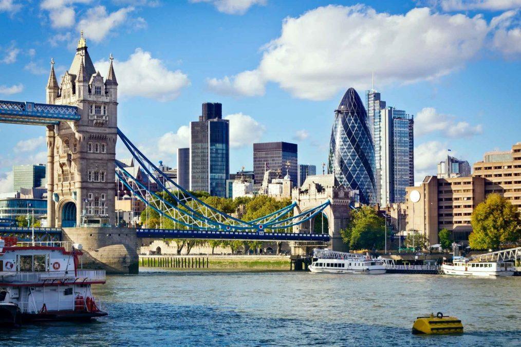 Tower Bridge en de waterkant in Londen