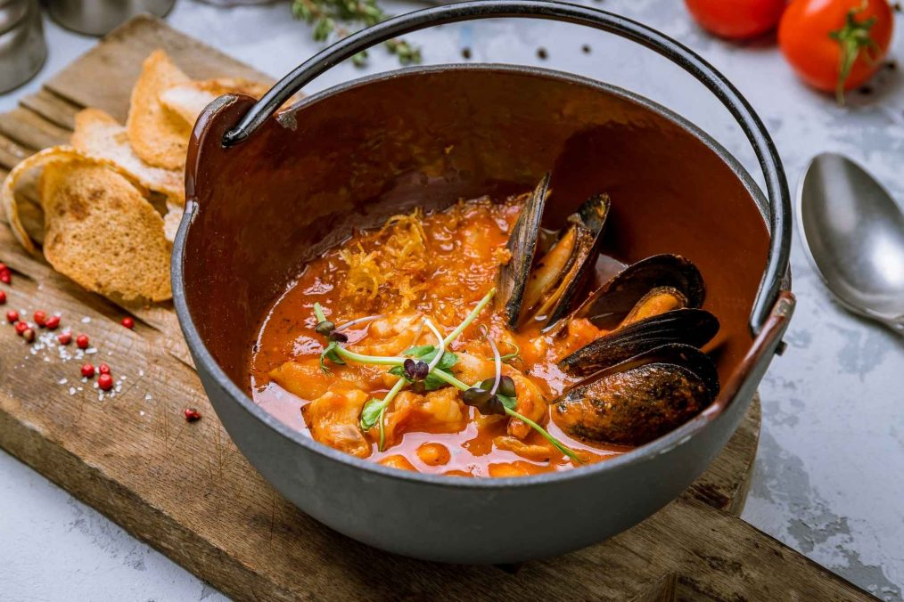 Traditionele Franse bouillabaisse met zeevruchten