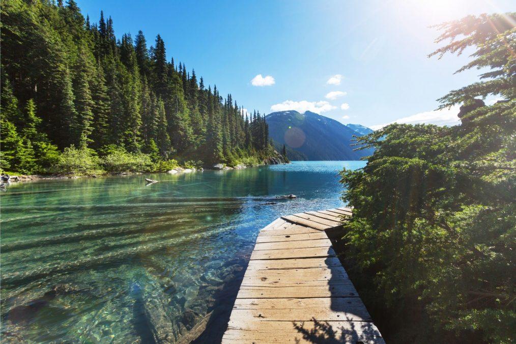 Wandelpad langs het water van het Garibaldi meer in British Columbia