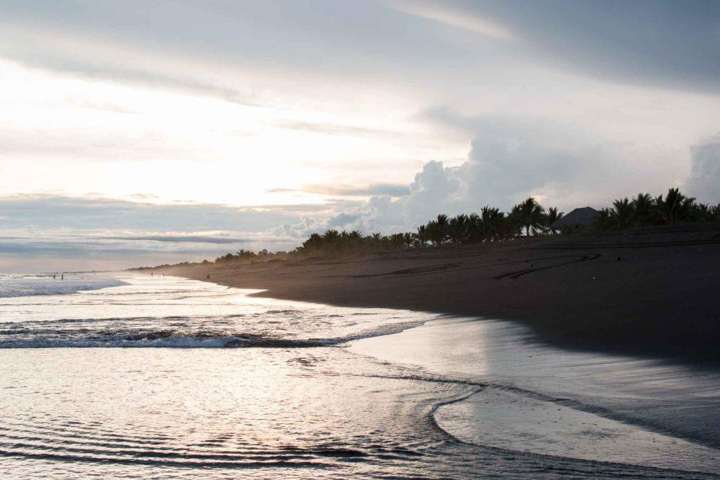 Zonsondergang bij het strand van Monterrico