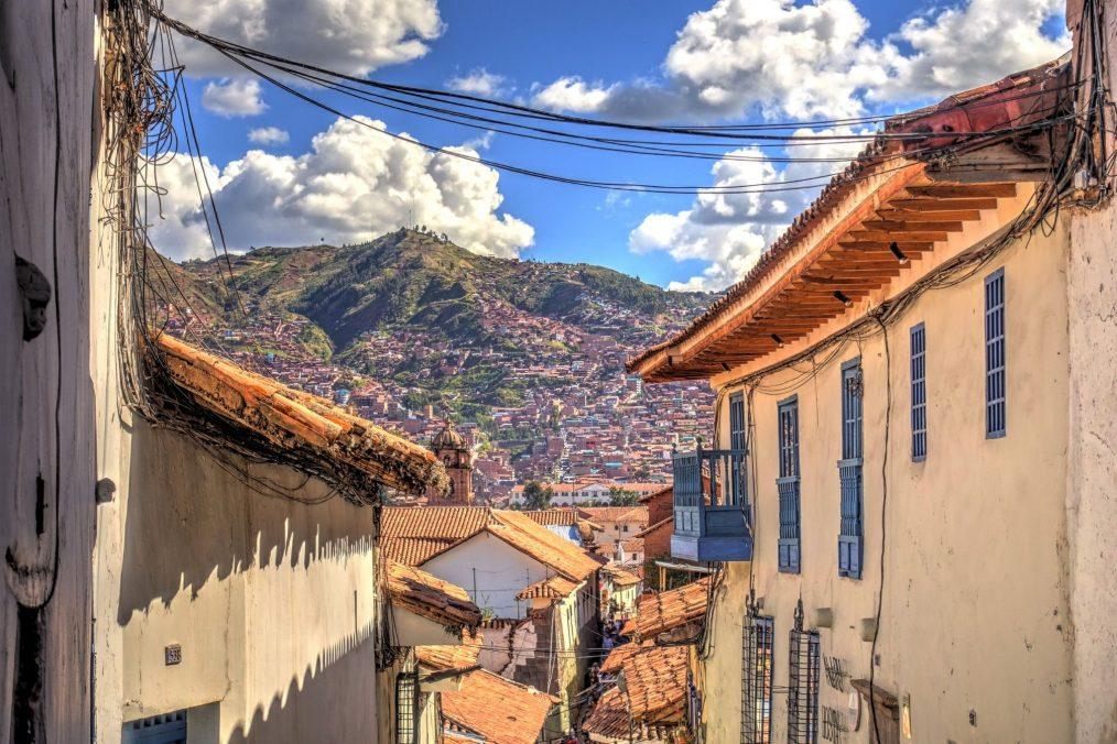 De straten van Cusco en de bergen in de achtergrond