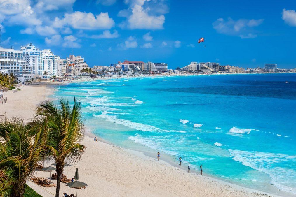 Helder blauw water bij het strand van Cancun