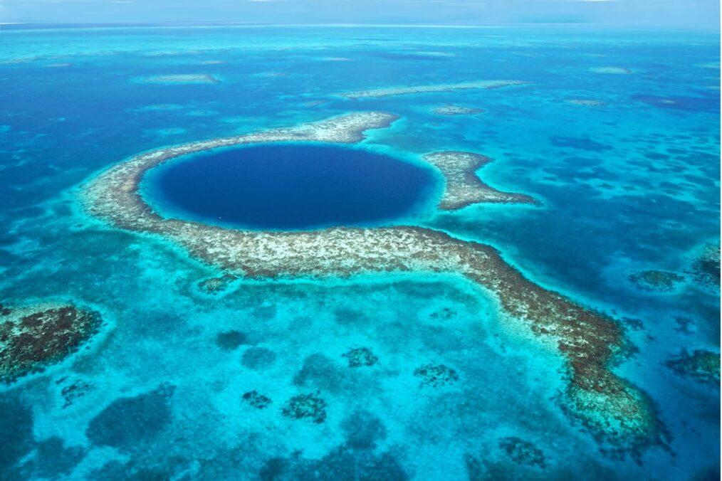 Het blauwe gat, of de great blue hole, in Belize