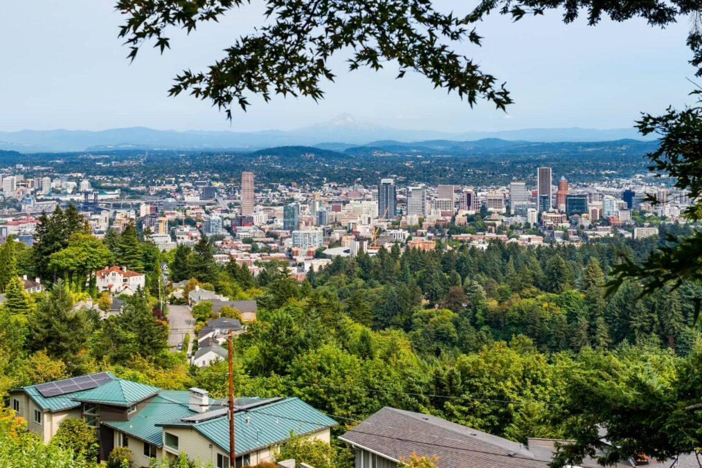 De gebouwen en groene natuur van Portland