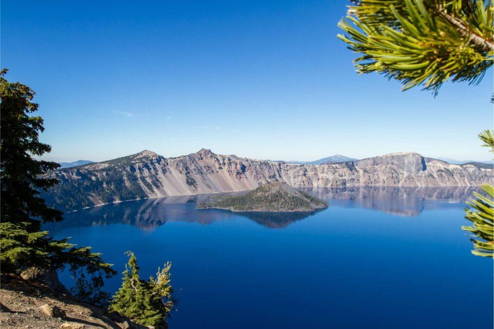 Het heldere Crater Lake in Oregon