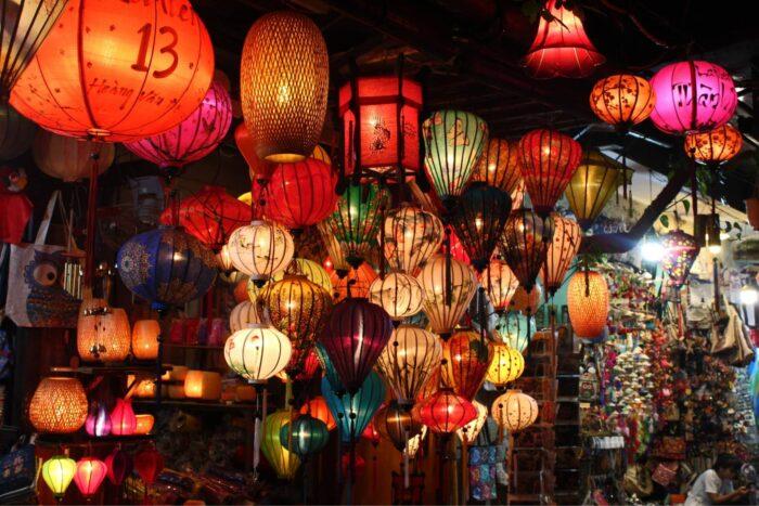 Lantaarns op de avondmarkt in Hoi An