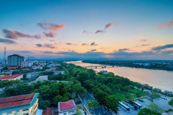 Uitzicht over Hue tijdens zonsondergang