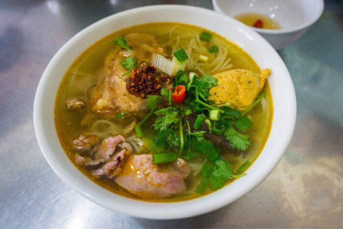 Vietnamese noedelsoep met vlees en groenten