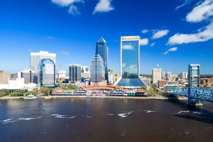 De St Johns Rivier die door Jacksonville stroomt