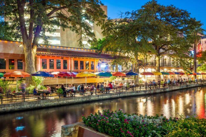 De gezellige River Walk in San Antonio