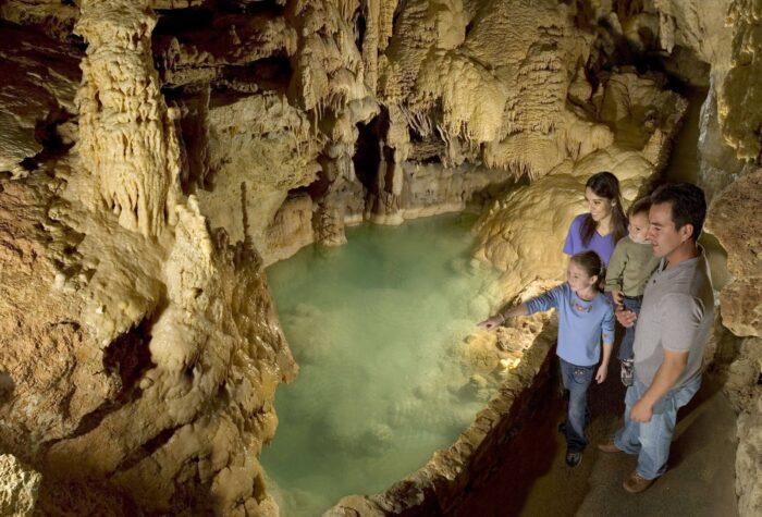 Emerald Lake in de Natural Bridge Caverns bij San Antonio