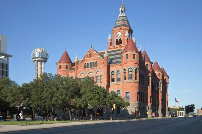 Oude rode stadshuis van Dallas in Dealey Plaza