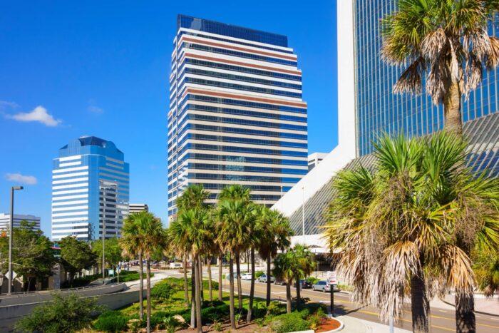 Palmbomen en hoge gebouwen in Jacksonville