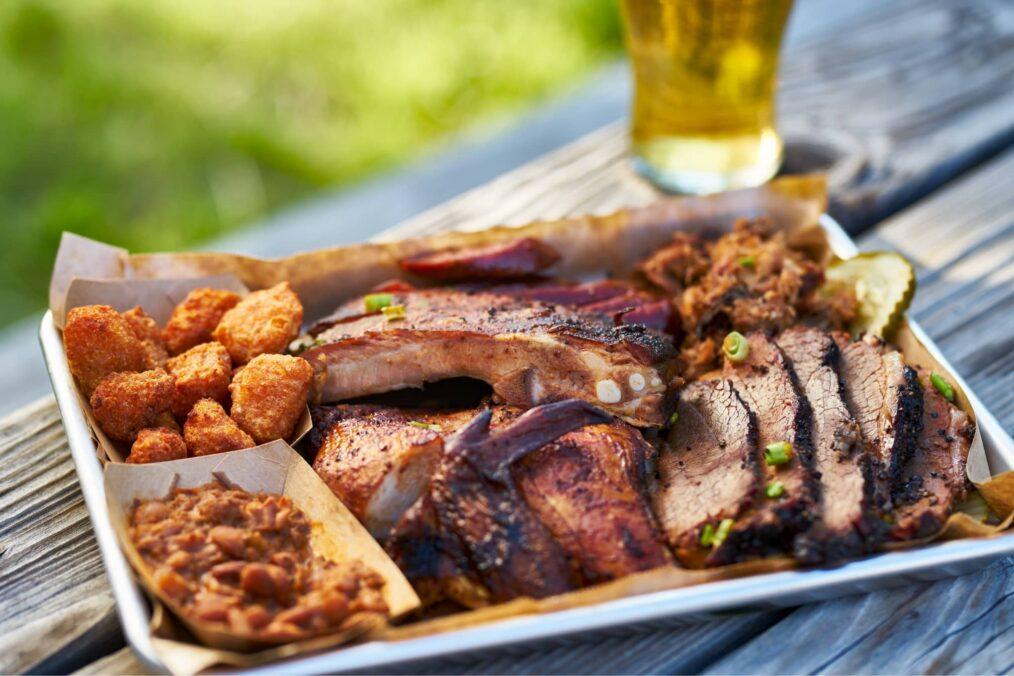 Texas barbeque op een picknicktafel