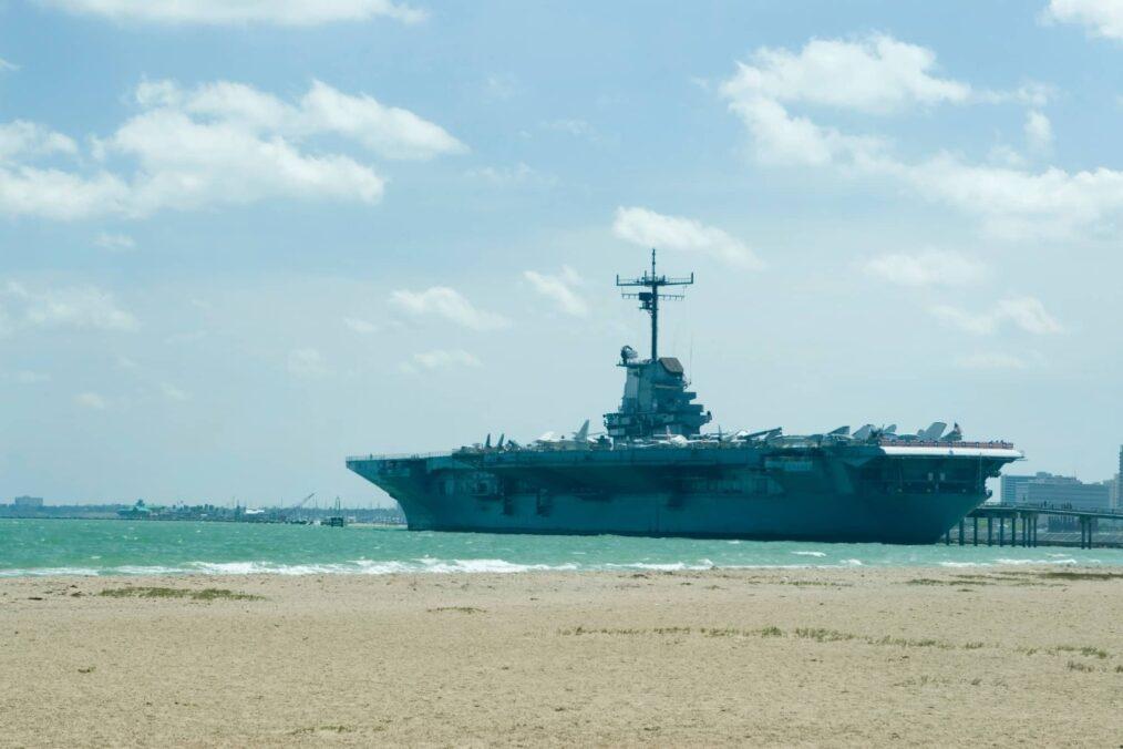 USS Lexington bij de kust