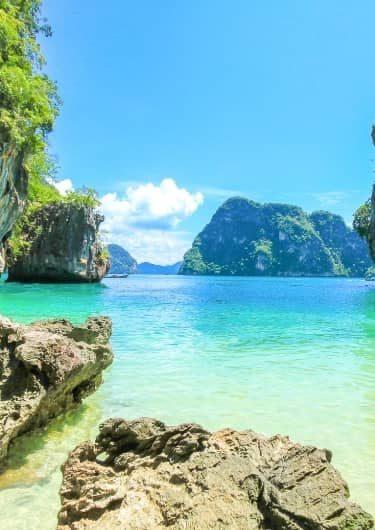 Blauwe zee en rotsen van Thailand