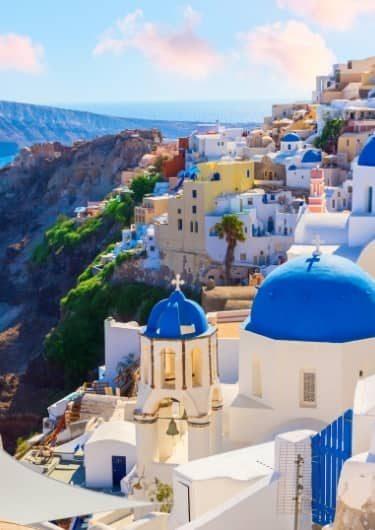 De blauwe daken van Oia op Santorini, Griekenland